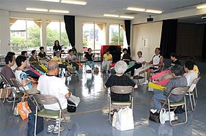 セラバンドを使い介護予防体操を行う はつらつ教室 の様子