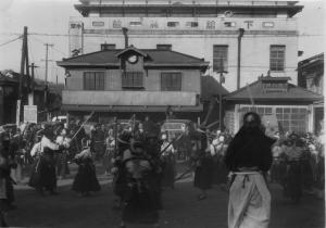 『下館駅前の稽古風景』の画像